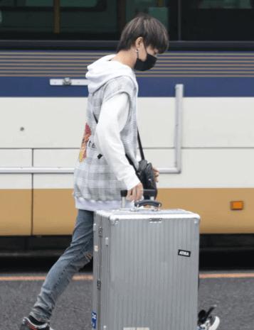 スーツケースを運ぶ三山凌輝